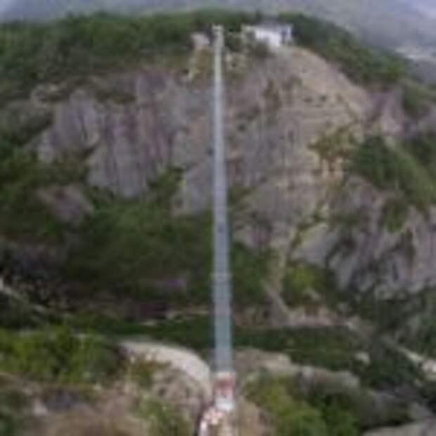 В Китае построили самый длинный в мире стеклянный мост над пропастью