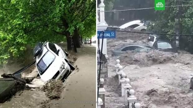 Потоки воды смывают машины в Ялте