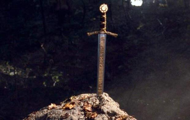 """Изображение меча """"Экскалибур"""". Кадр из к/ф """"Меч Короля Артура"""", 2017 г."""
