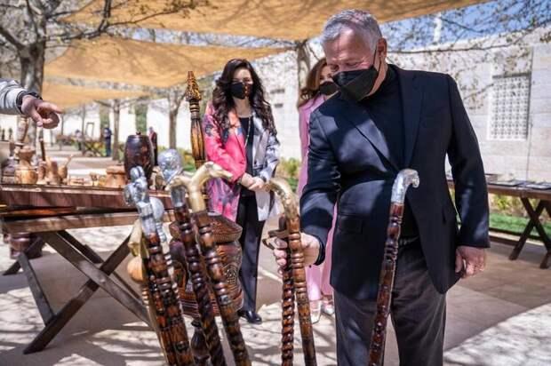 Королева Рания и король Абдалла посетили выставку местных ремесленников в Аммане