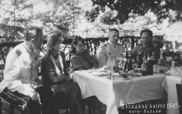 К.А. Вершинин (слева) с семьёй командующего войсками 2-го Белорусского фронта К.К. Рокоссовского.