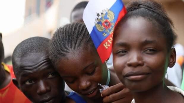 Жители Банги отблагодарили РФ за помощь стране многотысячным маршем с российскими флагами