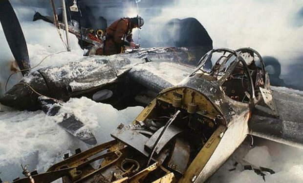 Самолет Потерянной эскадрильи 50 лет лежал внутри ледника. Пробурили шахту и начали подъем с 80 метровой глубины