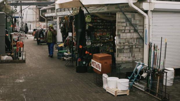 Брошенное торговцами имущество нааксайских рынках охраняет полиция