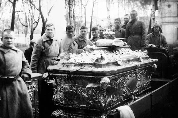 Вскрытие мощей Александра Невского. Что поразило эксгуматоров?