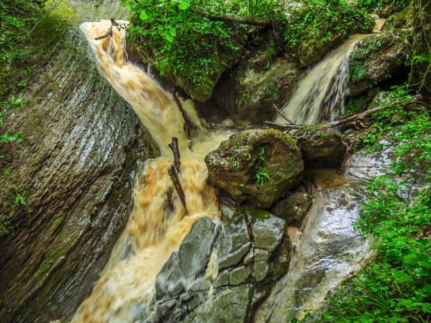 Июнь. Каскады Мезмайского ручья во время дождя.