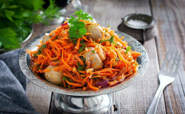 Грибы стали салатом по-корейски. Сначала варим, а затем смешиваем с морковью и луком