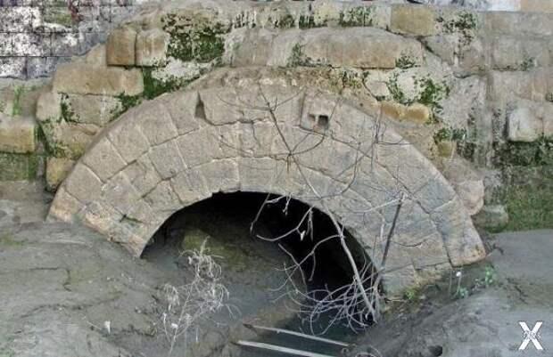 Один из стоков Клоаки Максима в Риме....