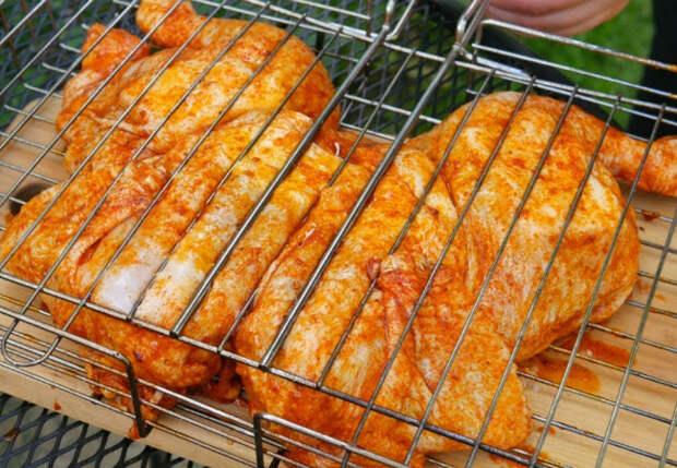 Чесночная курица сочнее шашлыка: маринуем и ставим на мангал