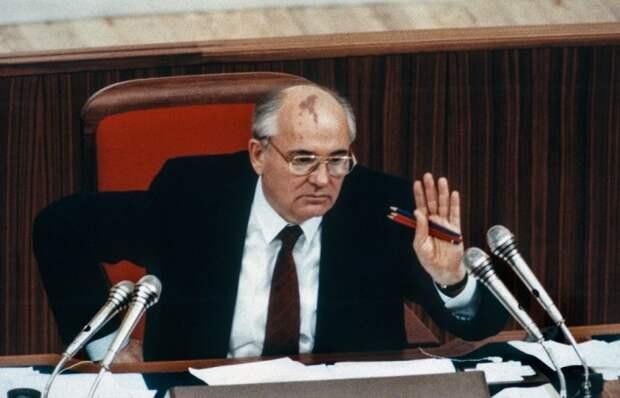 Генеральный секретарь Михаил Горбачёв в Думе. СССР, Москва, 1989 год. Автор фотографии: Chris Niedenthal.