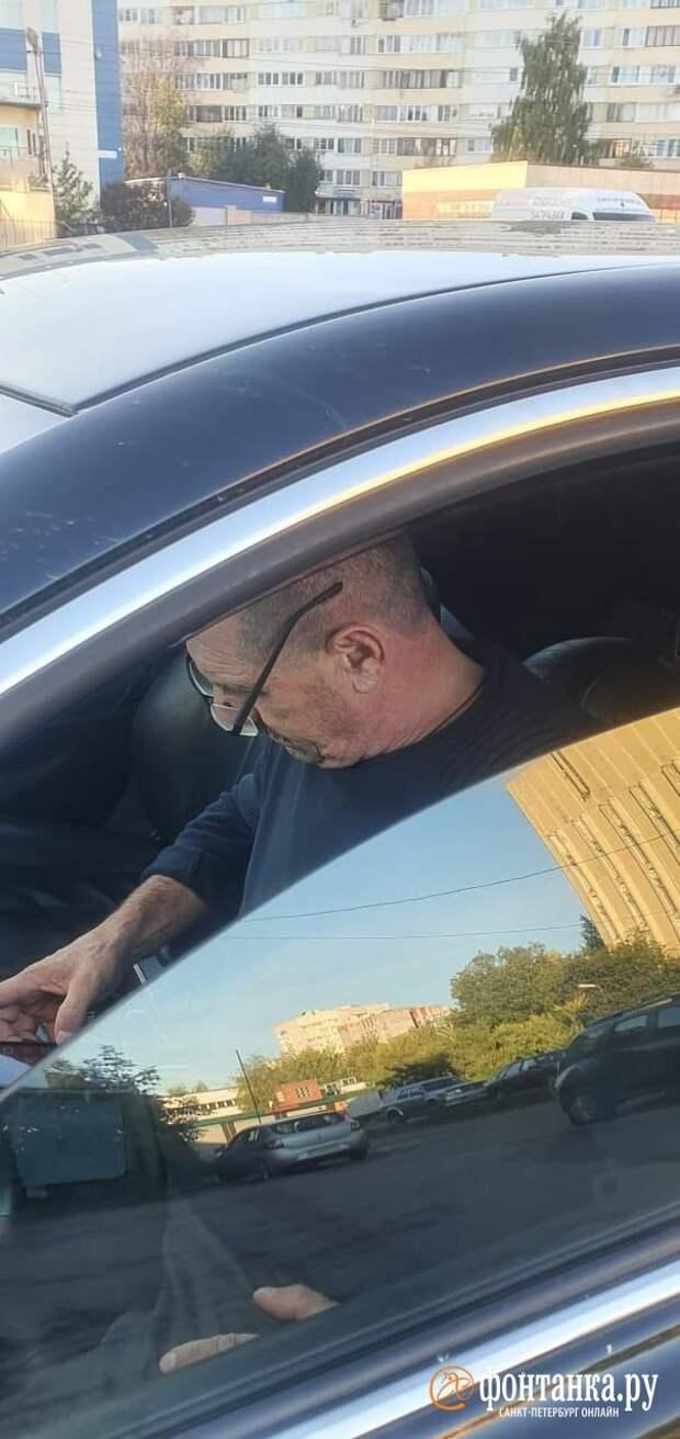 Автомобиль с «депутатскими номерами» в Петербурге засняли на тротуаре. Мужчина в салоне отреагировал матом на замечание
