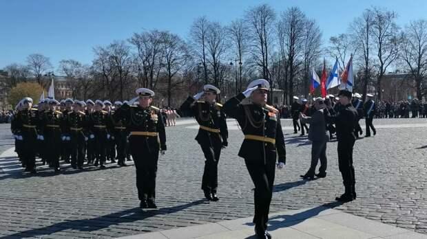 Около трех тысяч человек пришли увидеть парад моряков в Кронштадте