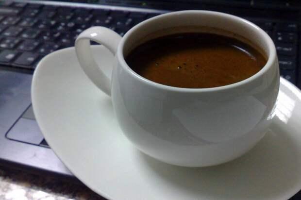 Кофеин начинает действовать только спустя минут 20-30 / Фото: img.fonwall.ru