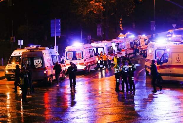 Кареты скорой помощи прибыли на место трагедии.