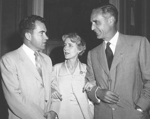 Прескотт Буш (справа) с вице-президентом Никсоном при президенте Эйзенхауэре.