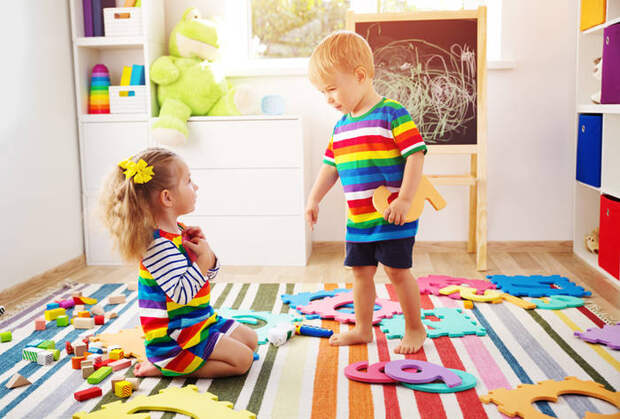 Ребенок не хочет делиться: что можно и нельзя делать родителям