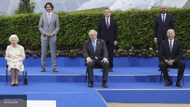 Поведение Байдена на встрече с Елизаветой II рассмешило британцев