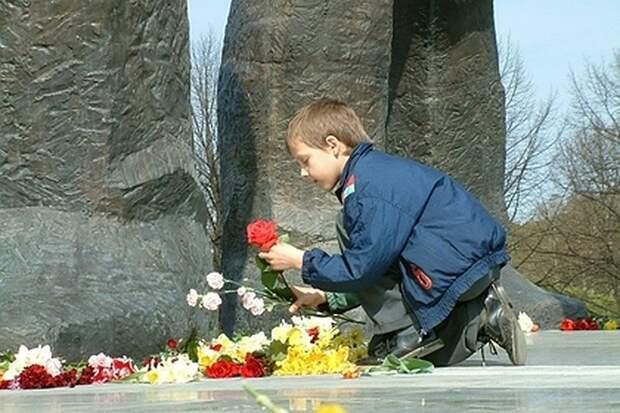 Полиция Латвии в День Победы перекрыла доступ к монументу советским воинам-освободителям
