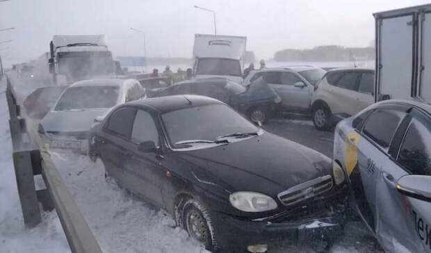 На трассе Оренбург - Уфа столкнулись 39 автомобилей
