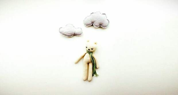 Детская игрушка и облака