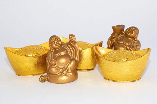 Божество богатства и золотые ямбы в форме башмачков