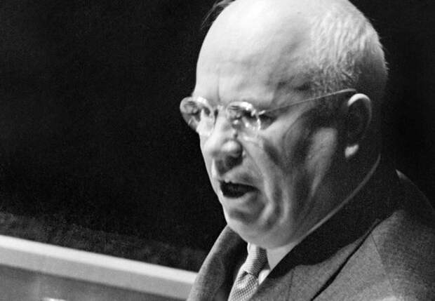 Никита Хрущев во время выступления на 15-й Генеральной Ассамблее ООН, 1960 | Фото: gdb.rferl.org