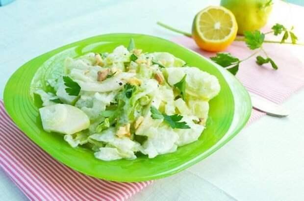 Салат с капустой, сельдереем и яблоком