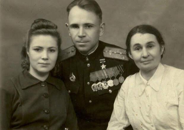 Борис Ковзан с женой и матерью