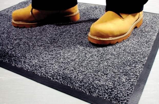 На входном коврике скапливается такое количество грязи и пыли, что его нужно пылесосить каждый день / Фото: sklep.charternavigator.pl