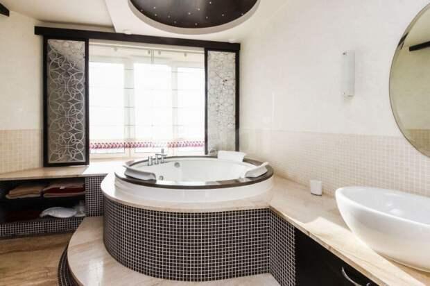 Почем в Тюмени продают квартиру с джакузи у окна
