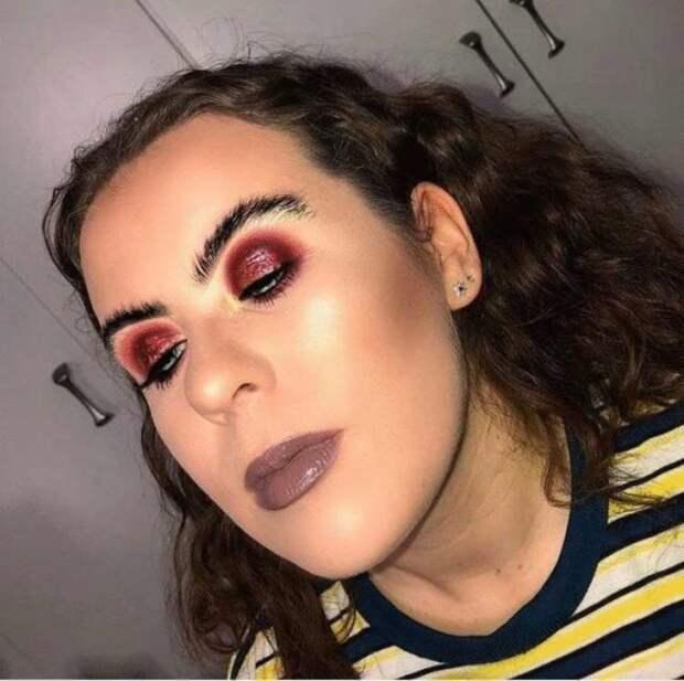 брюнетка с ярким макияжем глаз