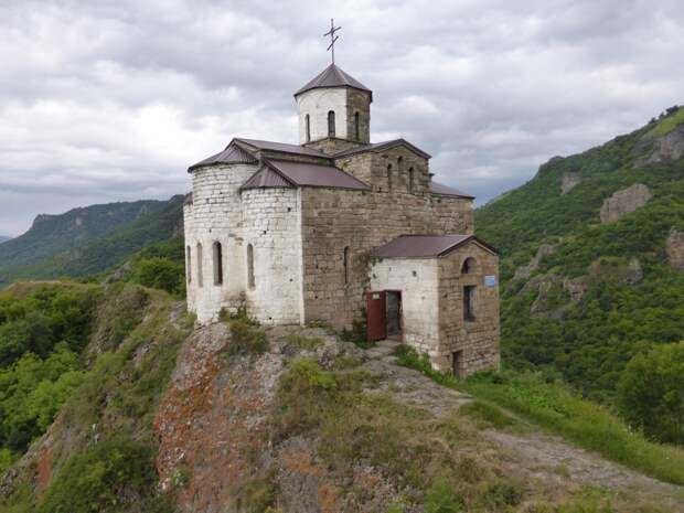 В РПЦ ответили на жалобы из-за служб в древнейшем храме Карачаево-Черкесии