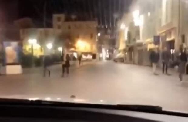 Как дома: россиянки прокатились по пешеходной зоне на Лазурном берегу