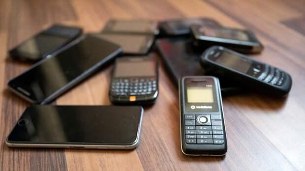Жители России стали покупать кнопочные телефоны из-за паранойи