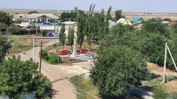 Какой подвиг совершил лейтенант Бибишев, и почему на братской могиле под Волгоградом ему установлен отдельный памятник