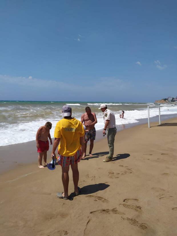 Севастопольцев и гостей просят отказать от купания во время шторма