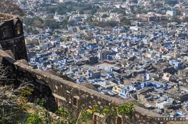 Вид с крепостной стены на город Читторгарх