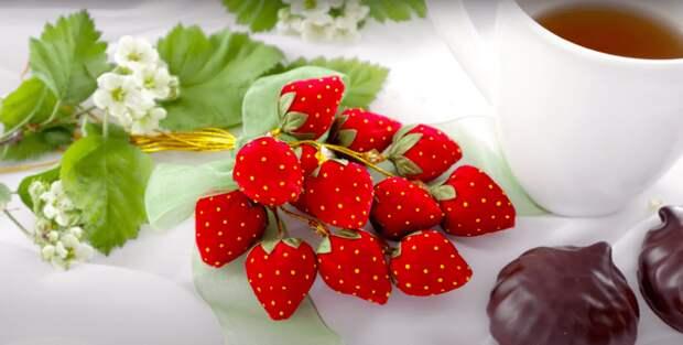 Их хочется съесть: ягоды клубники из атласной ленты