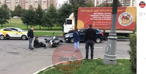 Мотоцикл и автомобиль не вписались в поворот на Люблинской