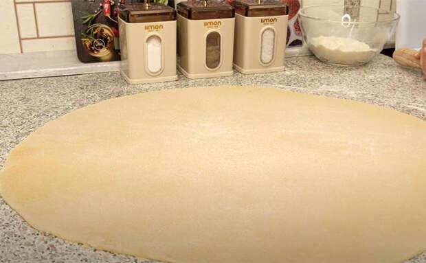 Обычное тесто становится десертом: нарезали полосками и заливаем сахарным сиропом