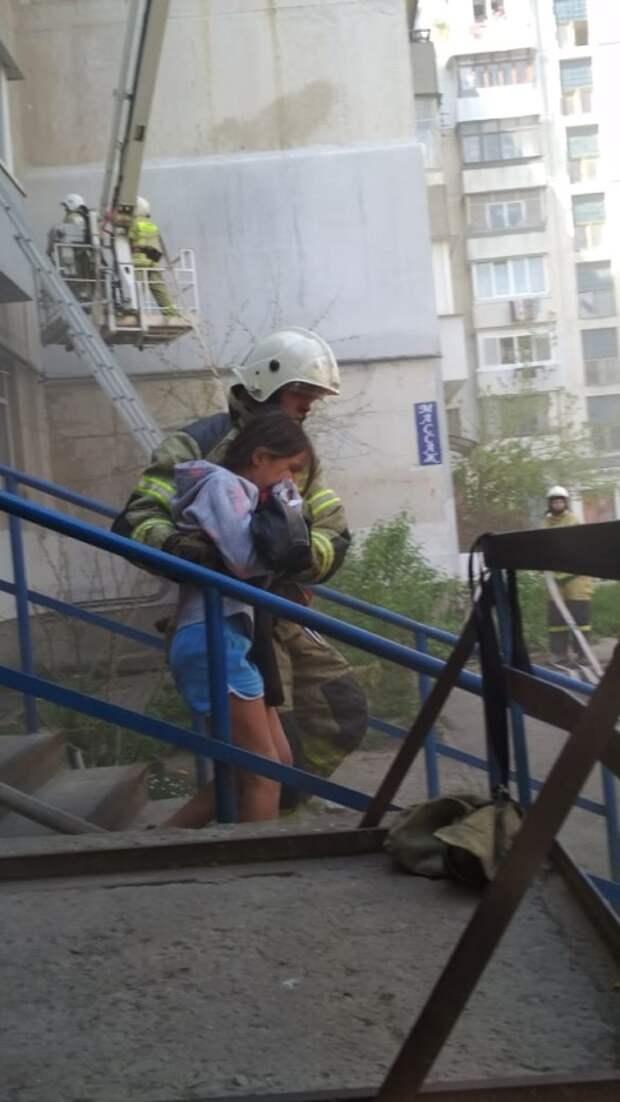 В Феодосии с горящей квартиры в пятиэтажке эвакуировали 6 человек