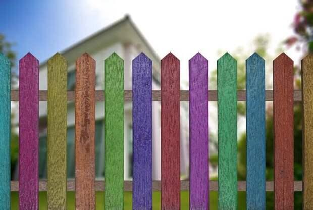 В разные цвета можно раскрасить и традиционный штакетник