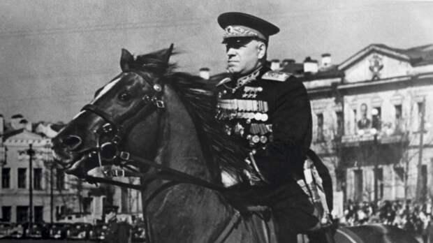 Маршал Советского Союза Г.К. Жуков на площади в Свердловске