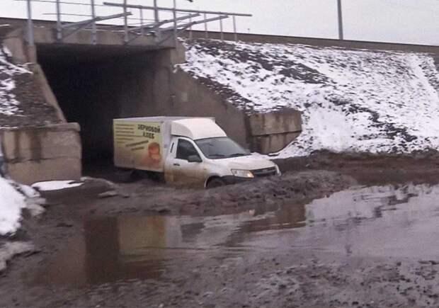 Тоннели спасают от паводков РЖД и машины.  В Сибири и на Урале люди и автомобили плавают под железнодорожными путями