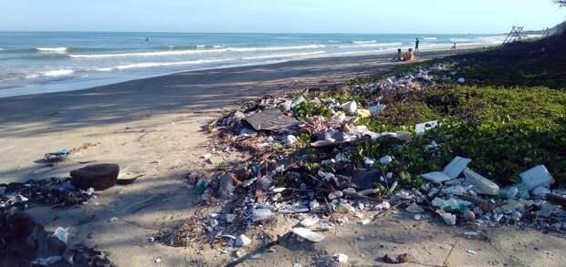 Пляжи Британии «утонули» в оставленном отдыхающими мусоре