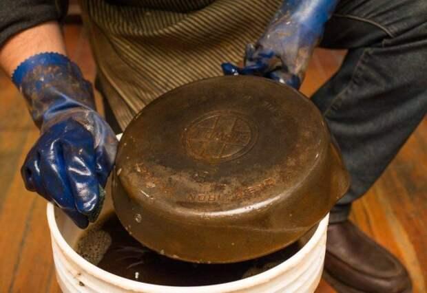 Подручные средства помогут вернуть чугунной сковороде былую чистоту