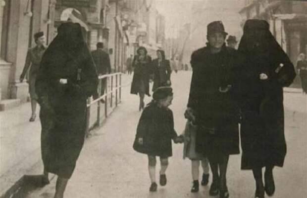 Боснийка-мусульманка прикрывает хиджабом желтую звезду своей соседки-еврейки, чтобы защитить её от преследования. Сараево, 1941 год.
