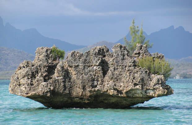 Кристал Рок — небольшой камень-островок в море, вокруг которого глубина по пояс, и примерно раз в год здесь проводятся водяные дискотеки