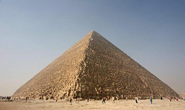 Школа А вот эта теория действительно заслуживает внимания. Британский математик Джон Легон предположил, что пирамида содержит огромное количество накопленной предыдущими цивилизациями информации. Она записана самой формой постройки. В подтверждение своей догадки, ученый приводит вполне разумные доводы: соотношение основания пирамиды к высоте равняется точно 2Пи. Отсюда можно сделать вывод: пирамида представляет собой картографическую проекцию Северного полушария, сделанную в масштабе 1:43200