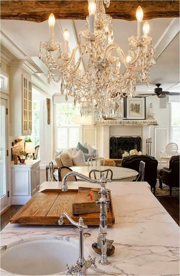 Удачное решение создать просто прекрасный интерьер с помощью нестандартных решений по совмещению гостиной и столовой.